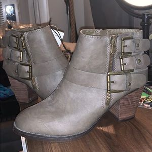 Mossimo Hartley Booties in Stone